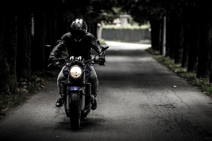 רוכב אופנוע עם ציוד