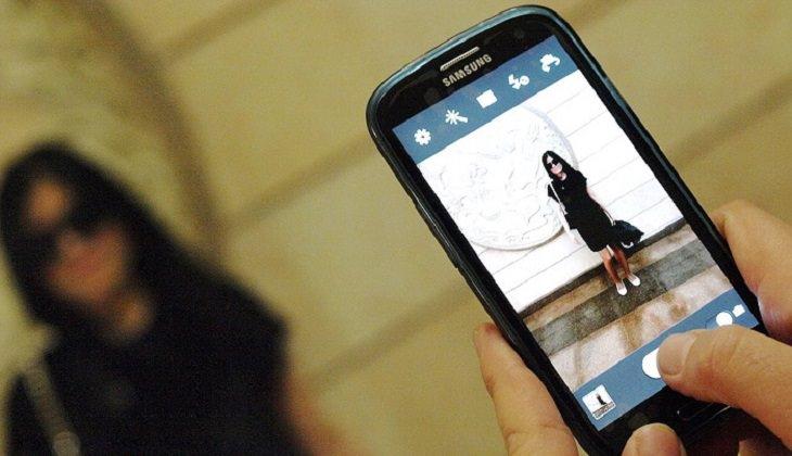 גיבוי תמונות ישנות: צילום אישה בעזרת סמראטפון