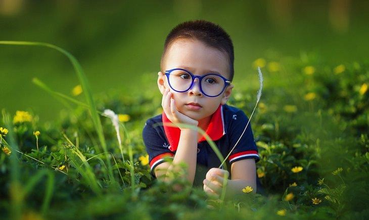 ילד קטן בשדה