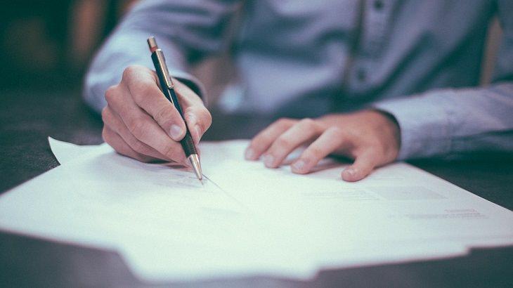התפתחות השפה העברית: גבר כותב על דף