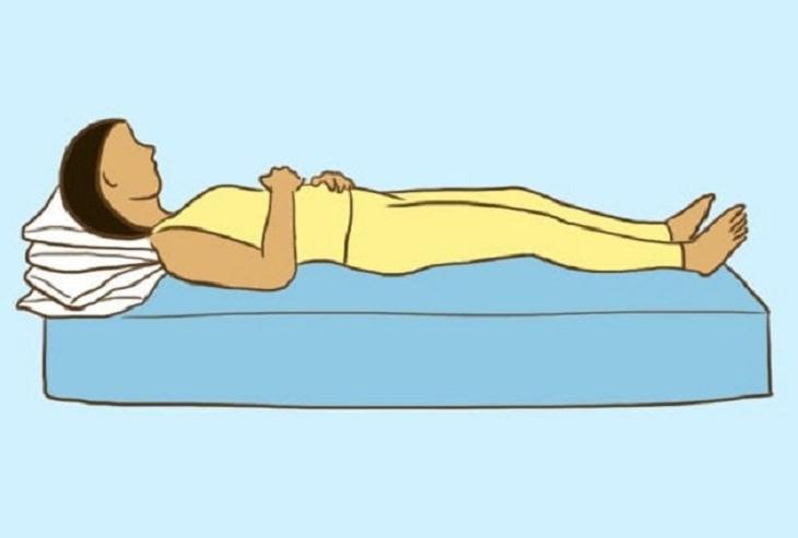 תנוחות שינה בריאות לבעיות סינוסים: איור של אישה שוכבת על הגב עם כריות מתחת לראשה