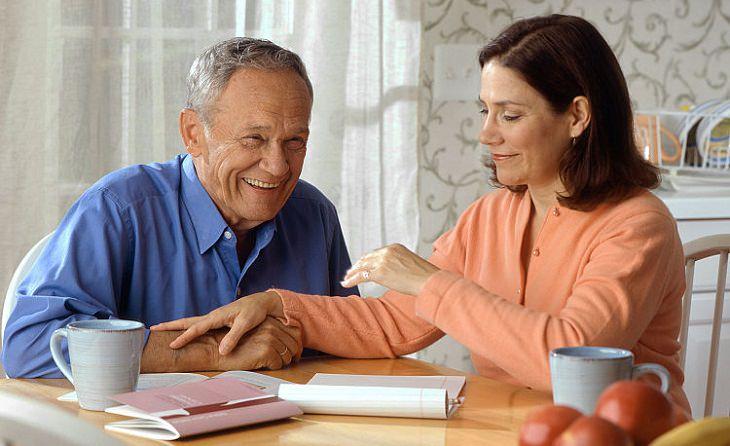 זוג מבוגר יושב ליד שולחן