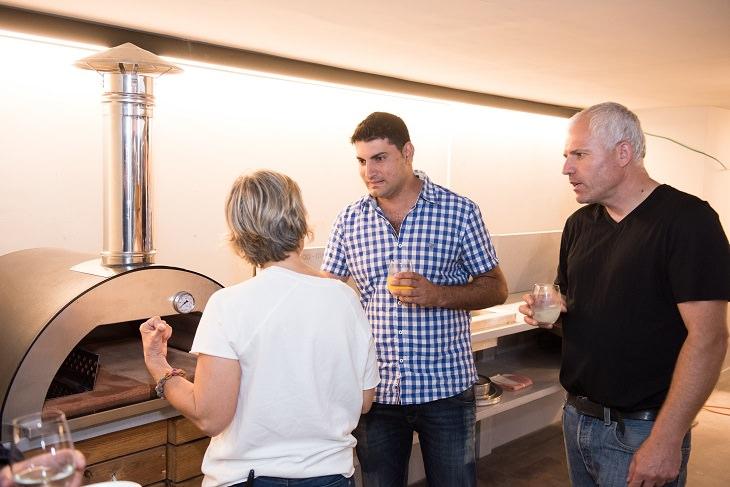 בניית מטבח חוץ: אנשים עומדים ליד עמדת אפייה