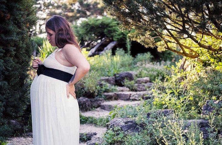 תופעות לוואי של הריון: אישה בהריון בגינה