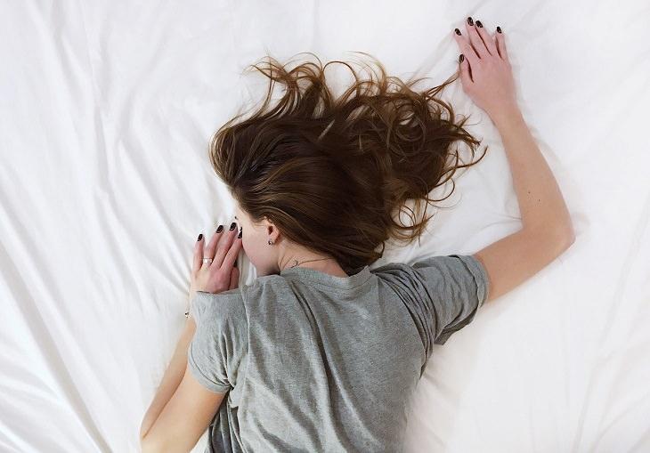 תופעות לוואי של הריון: אישה ישנה על מיטה