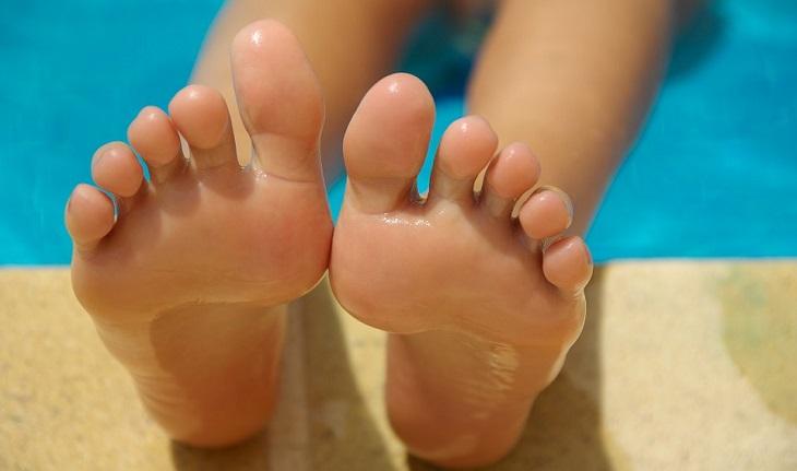 שימושים לשמן קיק: כפות רגליים מרוחות בשמן
