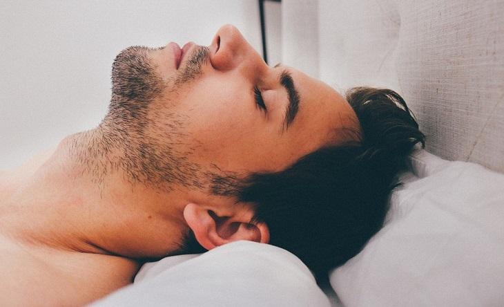טעויות נפוצות שגורמות לכאבים: גבר שוכב במיטה