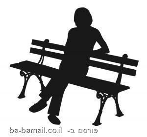 אישה זקנה יושבת על ספסל