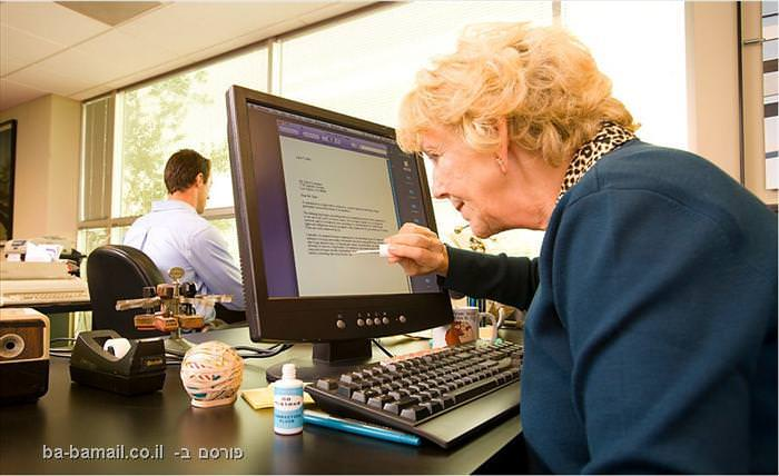 אשה מבוגרת מול מחשב