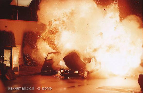מכונית עולה בלהבות