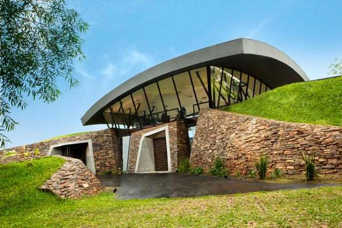 בית שבנוי אל תוך הר