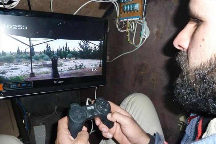 משוריין סורי מאולתר עם עמדת פלייסטיישן לשליטה