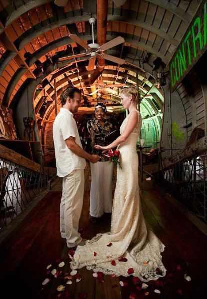 זוג בריטי מתחתן באתרים שונים בעולם