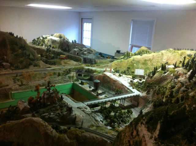 מבוגר בונה עיירה מיניאטורית לבד