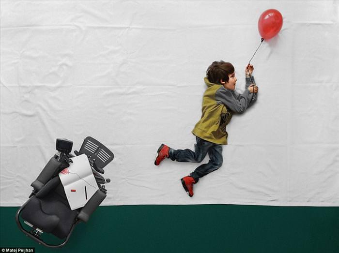 ילד בכסא גלגלים הופך כל-יכול בסדרת תמונות מדהימה
