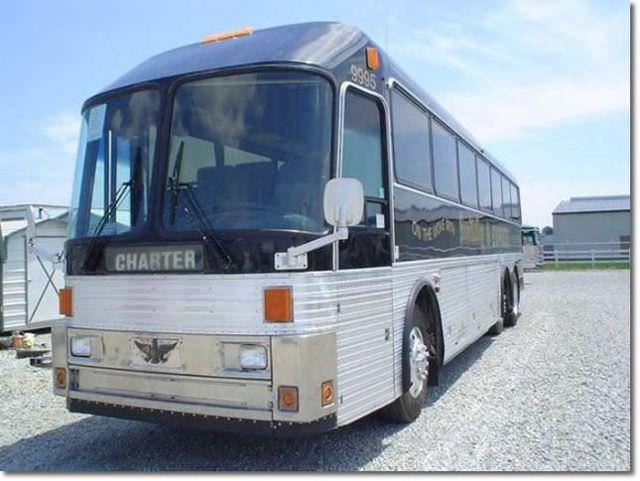 אוטובוס שהפך לבית מגורים על גלגלים