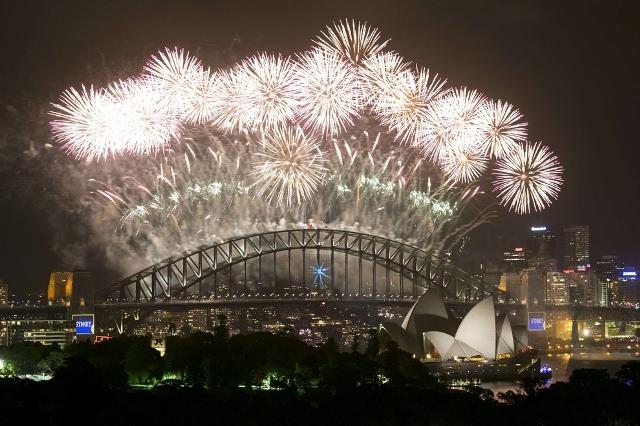 העולם חוגג את השנה החדשה