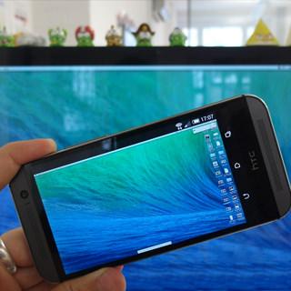 סמראטפון על רקע מסך מחשב