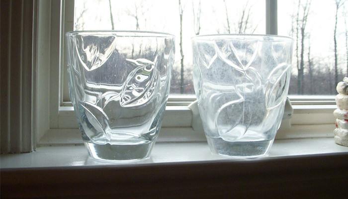 טיפים לניקוי וחידוש הבית: כוסות מכוסות בשכבת אבנית לבנבנה