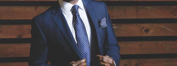 טיפים לחיזוק האסרטיביות והביטחון העצמי: גבר בחליפה