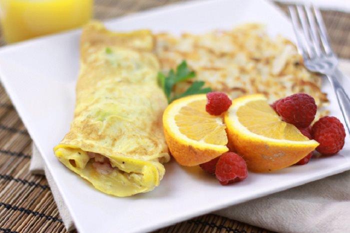 יתרונות ארוחת הבוקר: ארוחת בוקר של חביתה על צלחת