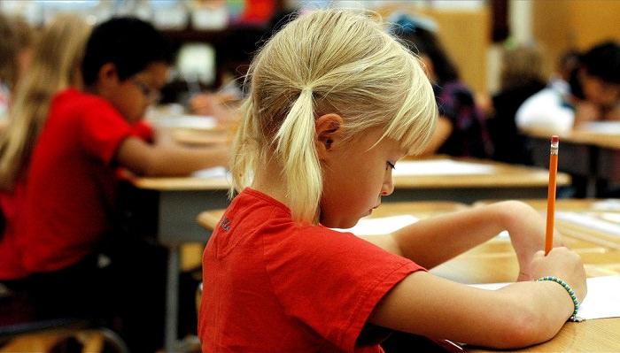 יתרונות ארוחת הבוקר: תלמידים בכיתה כותבים