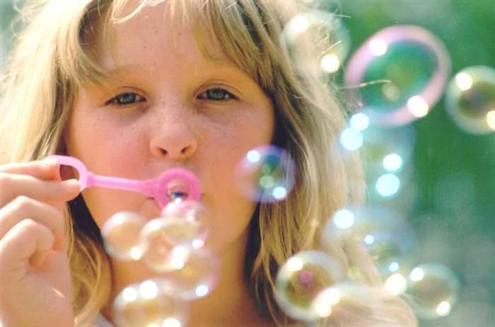 פיתוח ביטחון עצמי בריא בילדים: ילדה מעיפה בועות סבון