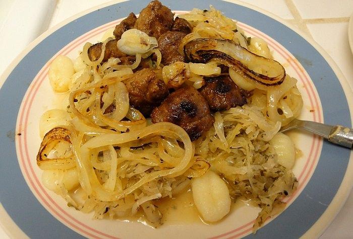 מטבח עולמי צ'כיה: צלחת עם בשר צלוי ובצל מטוגן