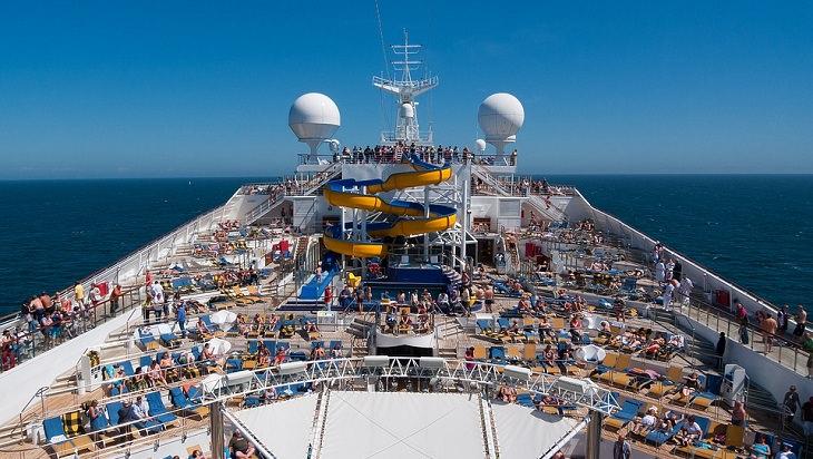 נוסעים משתזפים על סיפון ספינת תענוגות