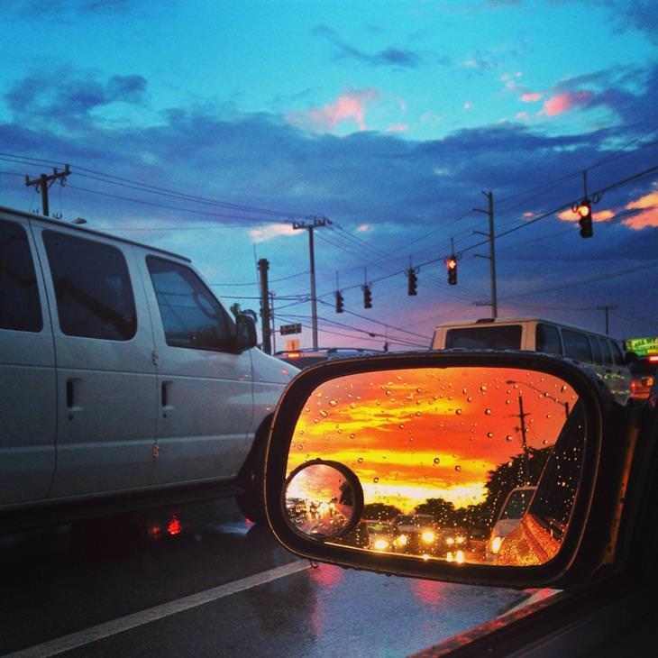 שקיעה בחלון אחורי של רכב