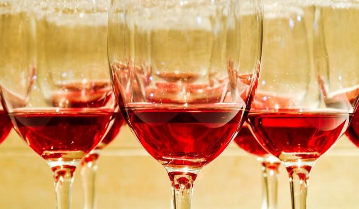 משקאות לטיפול בלחץ דם גבוה: יין אדום