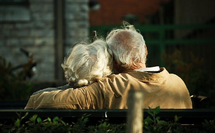 זוג מבוגר על ספסל