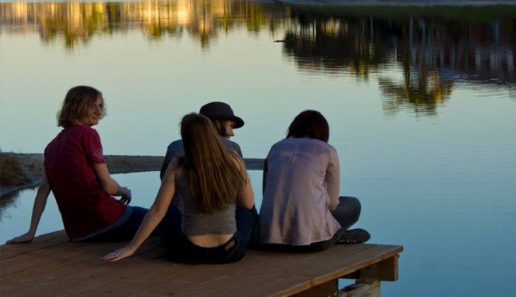 חבורת בני נוער על שפת אגם
