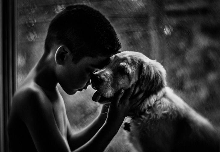 ילד מחבק כלב