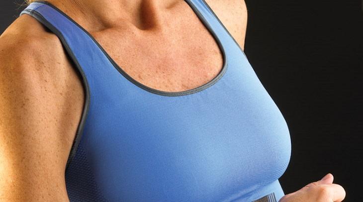 אישה בבגדי ספורט