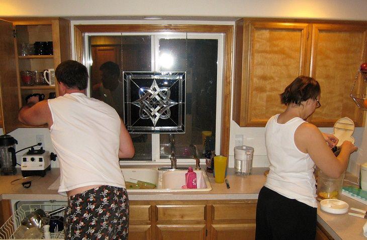זוג עושה מטלות בבית