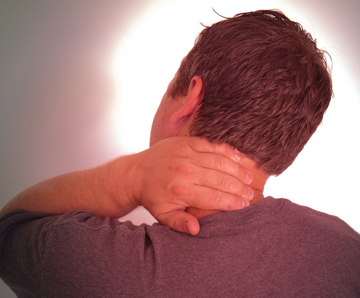 גבר שמחזיק את צווארו בכאב