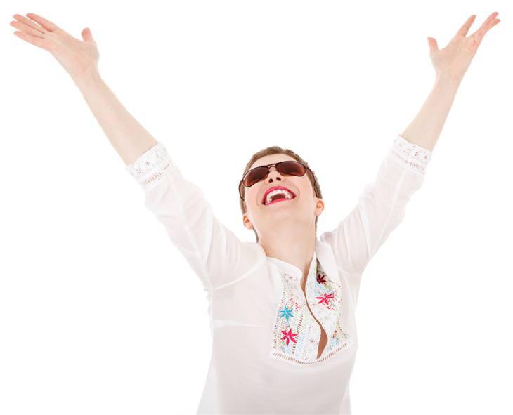 אישה שמחה עם ידיים באוויר