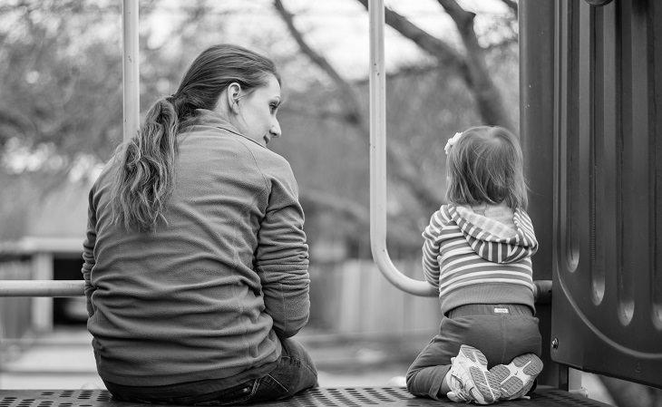 אמא וילדה יושבות אחת ליד השנייה ומדברות