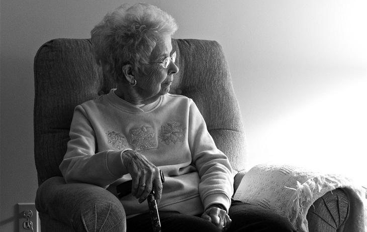 סימנים למצבים המחקים דמנציה: אישה מבוגרת יושבת על כיסא