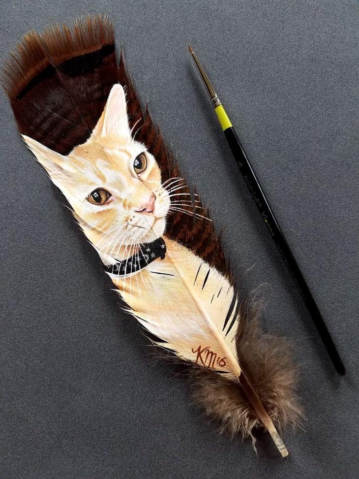 חתול על נוצת תרנגול הודו מצוי חומה