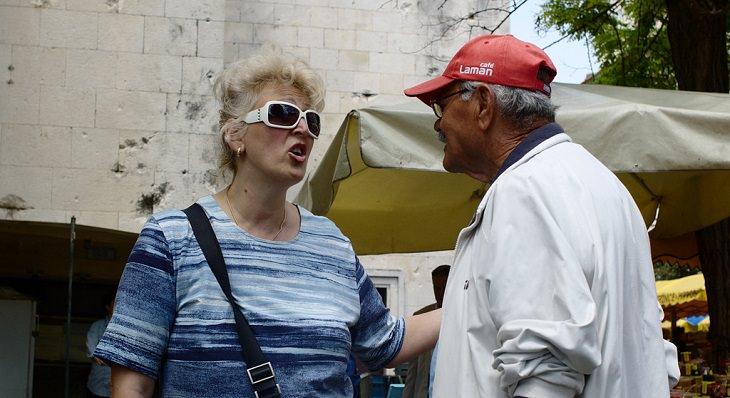 גבר ואישה מתווכחים