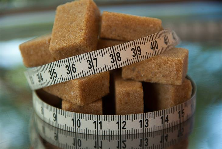 קוביות סוכר חום עם סרט מדידה עליהן