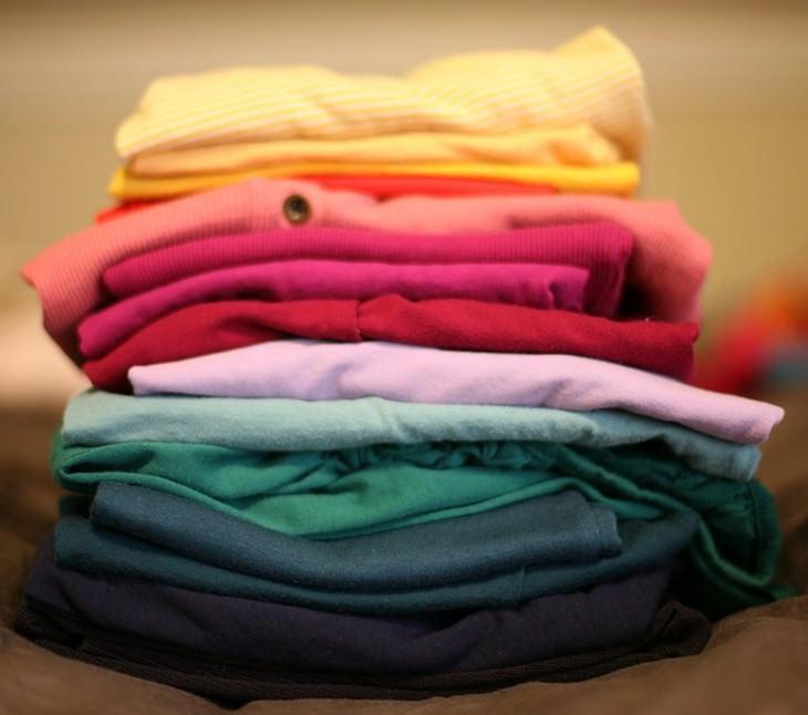 12 שימושים לפלפל מלבד בישול: ערימת בגדים