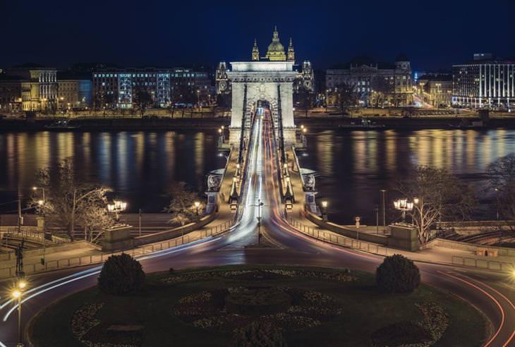 10 אטרקציות מומלצות בבודפשט: גשר השלשלאות בלילה