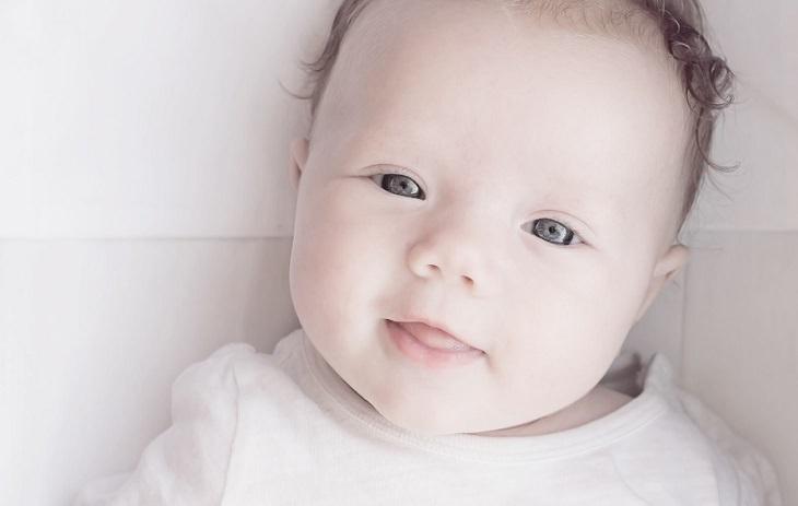 פרצוף של תינוק מחייך