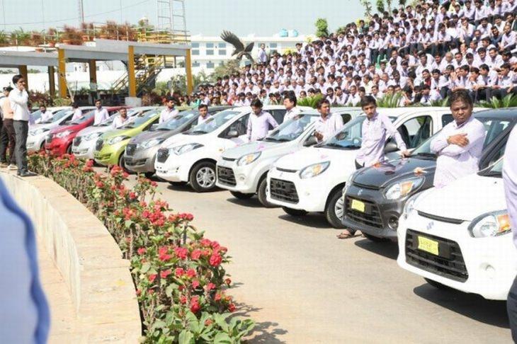עובדים עומדים ליד הרכבים בהם זכו