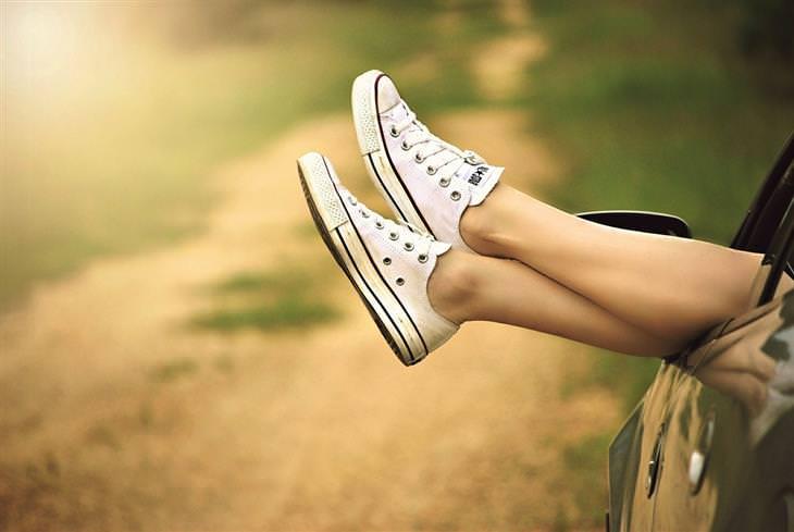 דרכים שבהן רופאים ואחיות נמנעים ממחלות: רגליים של אישה נתלות מחוץ לחלון של מכונית
