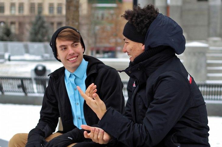 שני צעירים יושבים ומשוחחים אחד עם השני