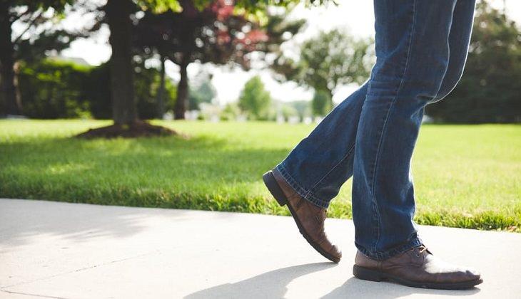 רגליים צועדות על מדרכה